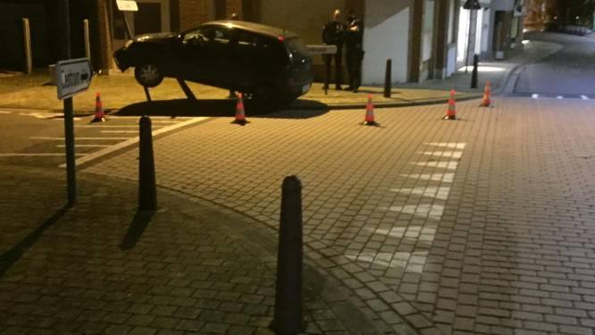 Bestuurder schat bocht verkeerd in en 'parkeert' voertuig op paaltjes