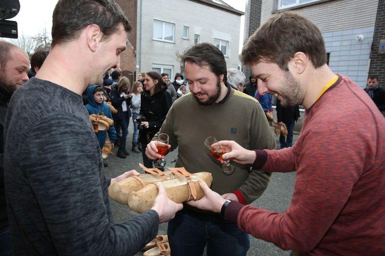 Pieter Lambregt en Zowie Boone gieten cognac in de klompen van de Gilles.