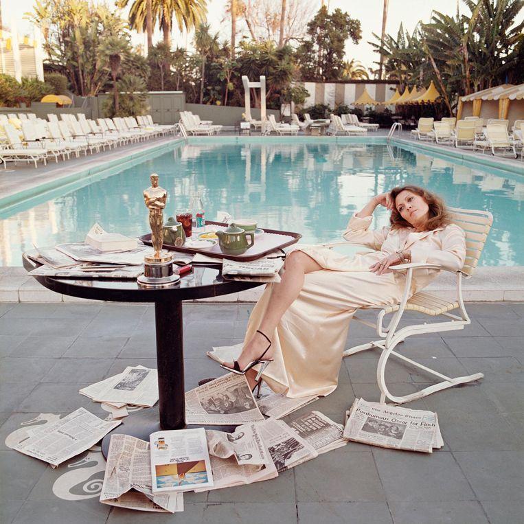 Een van zijn meest iconische foto's maakte O'Neill van Faye Dunaway, in het voorjaar van 1977, daags nadat ze een Oscar had gewonnen.  Beeld Terry O'Neill/Courtesy Eduard Planting Gallery