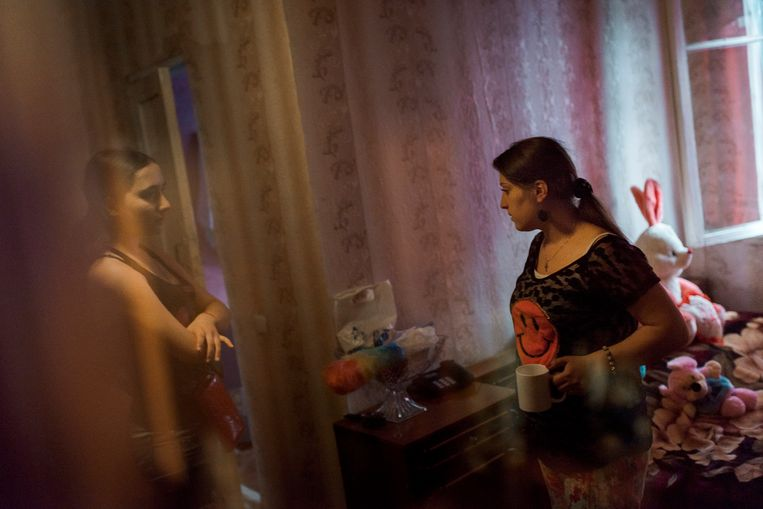 Jana Kurkina (29), hier met haar zusje van 14 uit Tbilisi in Georgië is draagmoeder. In Georgië zijn de regels voor draagmoederschap soepel. Kurkina komt niet voor in het verhaal. Beeld Hollandse Hoogte