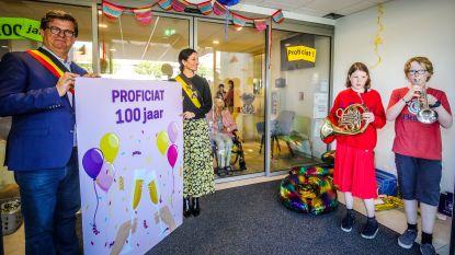 """Familie viert 100ste verjaardag van Marcelline aan de deur van woonzorgcentrum: """"Groot feest is voor later"""""""