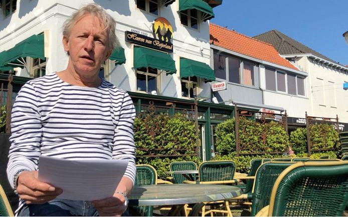 Restauranteigenaar Jan van der Hee zit met zijn brief voor zijn restaurant in Oud-Beijerland.