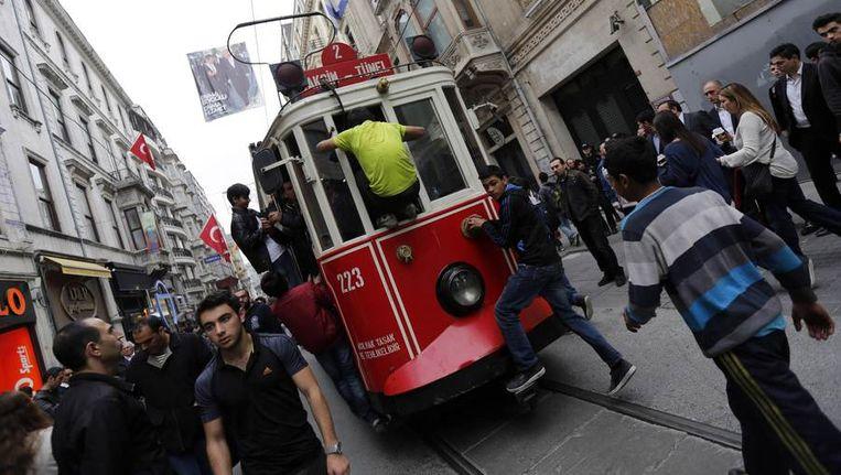 Jongens springen op een tram in het centrum van Istanbul Beeld reuters