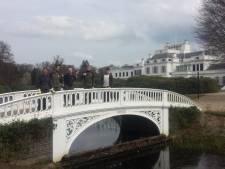 Verstandelijk beperkten helpen in tuin bij Paleis Soestdijk