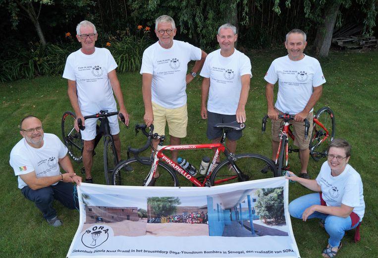Johan Verstraete, Pieter Van den Heuvel, Willy Hellebaut en Luc Gunst fietsen naar Santiago De Compostela. De vier worden geflankeerd door begeleider Freddy Louage en Sora-bezieler Gudrun Beernaert.
