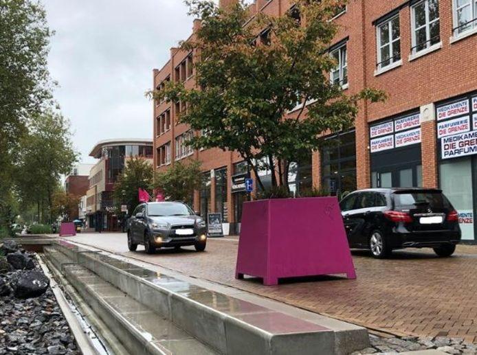 De plaatsing van deze grote paarse plantenbakken heeft nauwelijks bijgedragen  aan een veilige verkeerssituatie in het centrale deel van de Grotestraat in Nijverdal.