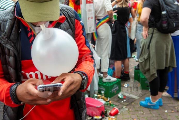 Lachgas wordt geïnhaleerd via een ballon.