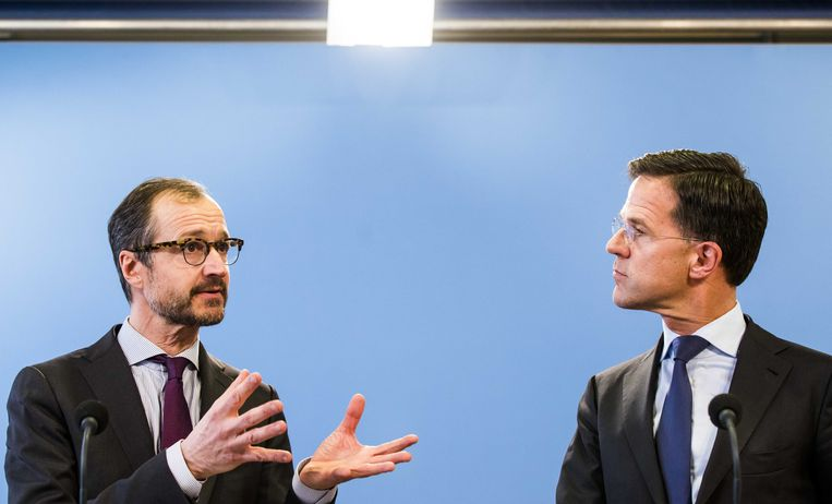 Premier Mark Rutte en minister Eric Wiebes van Economische Zaken en Klimaat geven een reactie na afloop van de presentatie van de planbureaus over de doorrekening van het ontwerp-klimaatakkoord. Beeld ANP