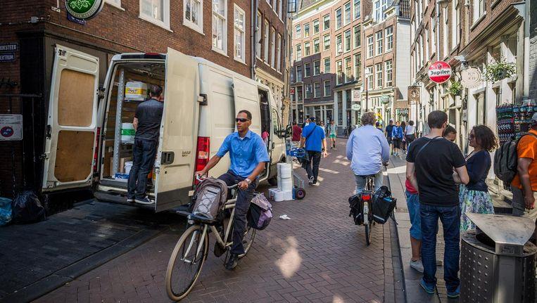 Laden en lossen op de stoep (hier op de Zeedijk) zorgt voor veel overlast voor fietsers en voetgangers Beeld Rink Hof