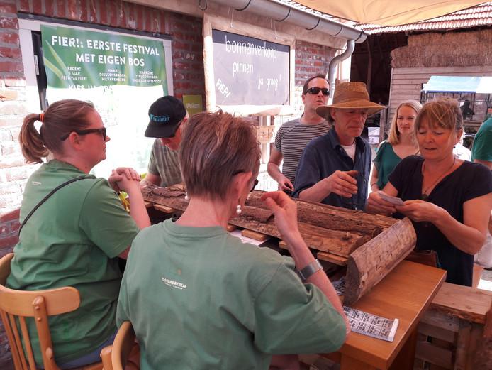 De groene bonnen, waarvan een dubbeltje naar de aanleg van een bos gaat, gaan bij de kassa van Fier! harder dan de grijze.