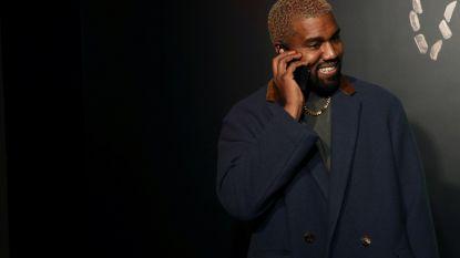 Kanye West door het stof nadat hij hele première op zijn telefoon zit te tokkelen
