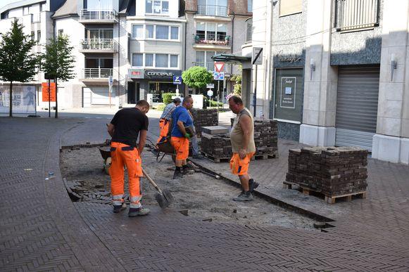 Arbeiders van de stad voeren de herstellingswerken uit.