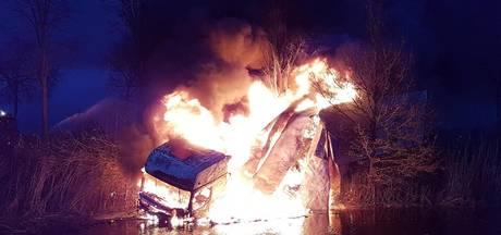Vrachtwagen in brand op N377 bij Dedemsvaart, weg dicht