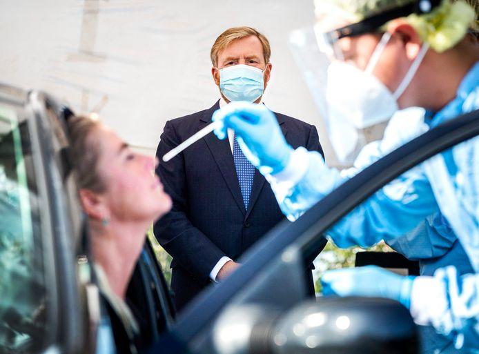 De Nederlandse koning Willem-Alexander tijdens een bezoek aan een testcentrum eerder deze maand.