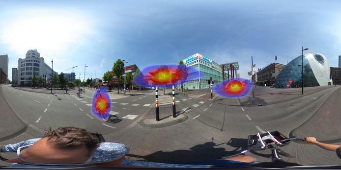 Bij een proef met een VR-bril in de binnenstad van Eindhoven wordt met kleuren aangegeven waar de deelnemer naar kijkt.