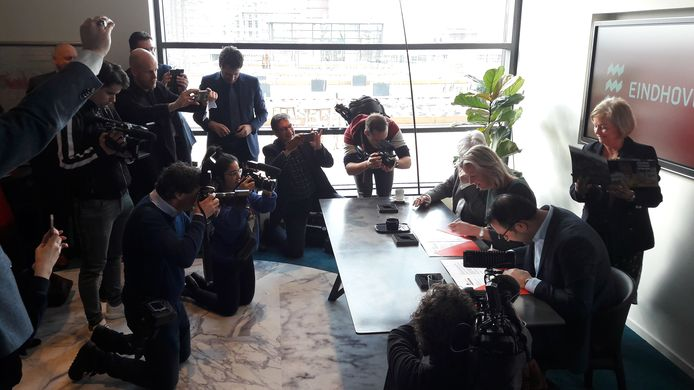 Minister Kajsa Ollongren, wethouder Yasin Torunoglu en gedeputeerde Erik van Merrienboer van de provincie Noord-Brabant tekenden donderdag in gebouw TQ op Strijp-T in Eindhoven de Woondeal 2019.