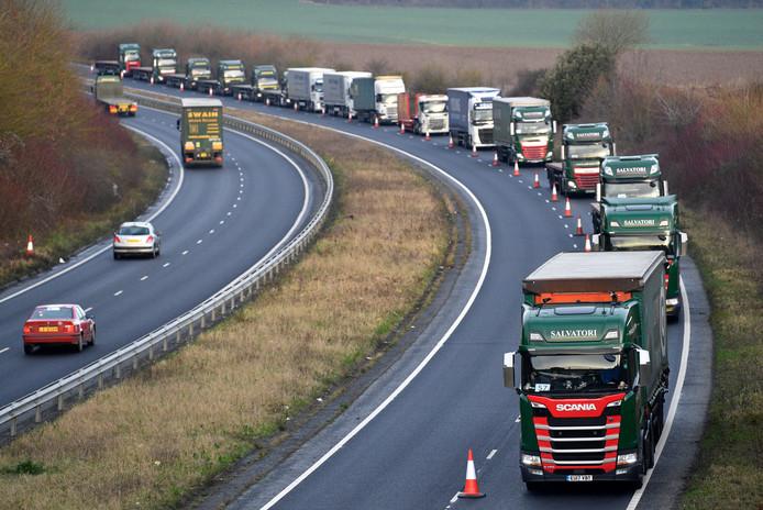 Een rij vrachtwagens op de A259 maandag bij een Britse test wat de gevolgen zijn van een no deal brexit. Er wordt rekening gehouden met vrachtwagenfiles van tientallen kilometers lengte  vanwege de douaneformaliteiten.