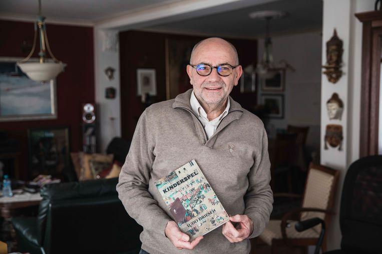 Ludo Driesen poseert samen met zijn boek.