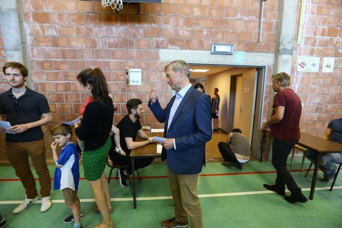 Johan Sauwens stemt in Sint-Lambertuscollege.