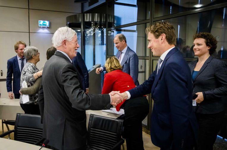 Hans Wiegel schudt PvdA-Kamerlid Henk Nijboer de hand. Beeld anp