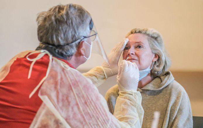 Bezoeker Stephie Seynaeve ondergaat een sneltest