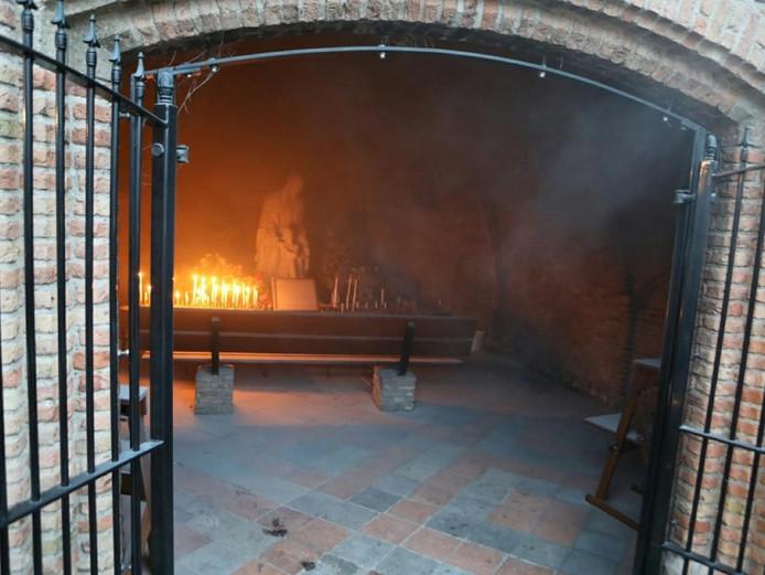 Enkele bloemstukken in de kapel vatten vlam.