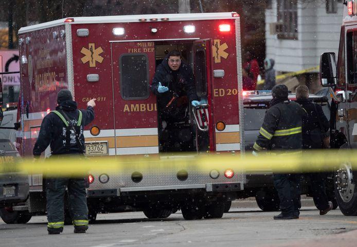 Massaal toegesnelde hulpdiensten na de schietpartij in een fabriek in het Amerikaanse Milwaukee.