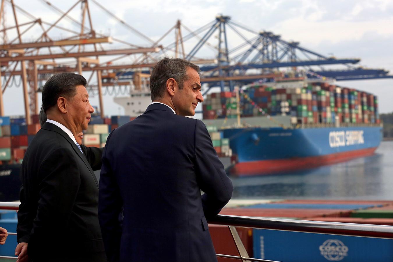 De Griekse premier Kyriakos Mitsotakis (r) bezocht vorige maand met de Chinese president Xi Jinping (l) de haven van Piraeus