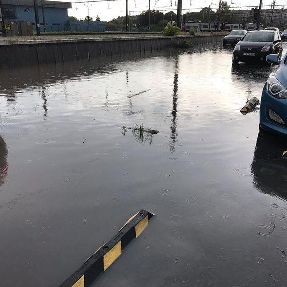 De parking aan het station kon de hevige regenval duidelijk niet volgen.