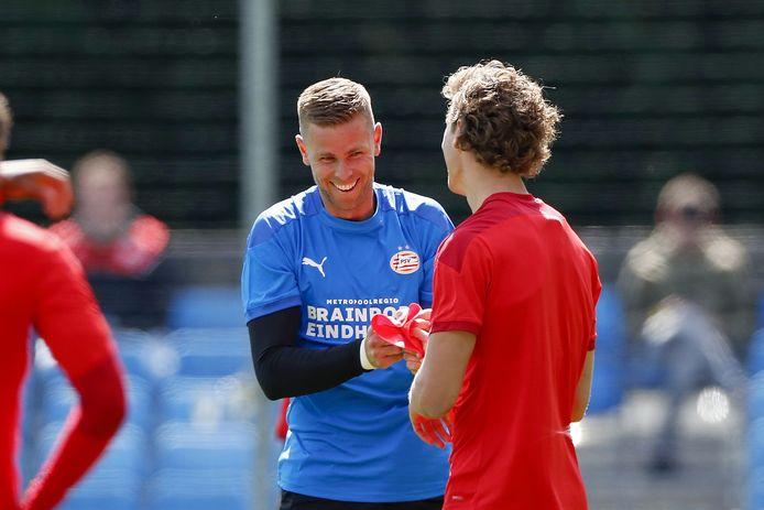 Robbin Ruiter en Sam Lammers bij de training van PSV.