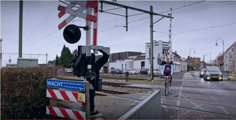 Still uit video over de de plannen voor uitvoering van een snelfietsroute tussen Breda, Oosterhout, Gilze en Rijen en Tilburg met steun van de provincie Noord-Brabant. De spoorwegovergang in Rijen is nog een knelpunt. Als hier een tunnel komt, wordt het fietspad hier doorheen geleid.