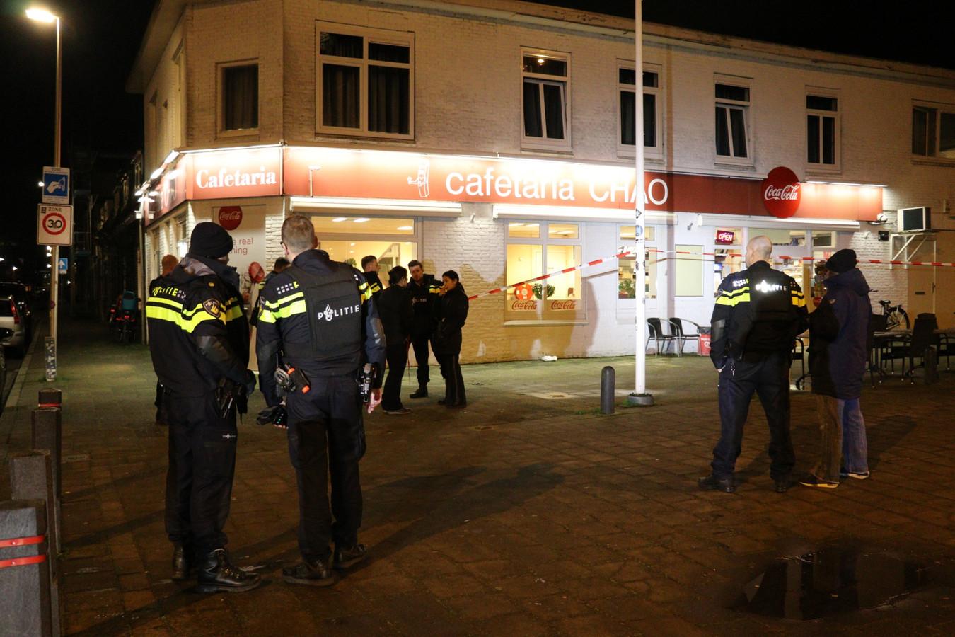 De politie draagt kogelwerende vesten na de overval op de cafetaria.