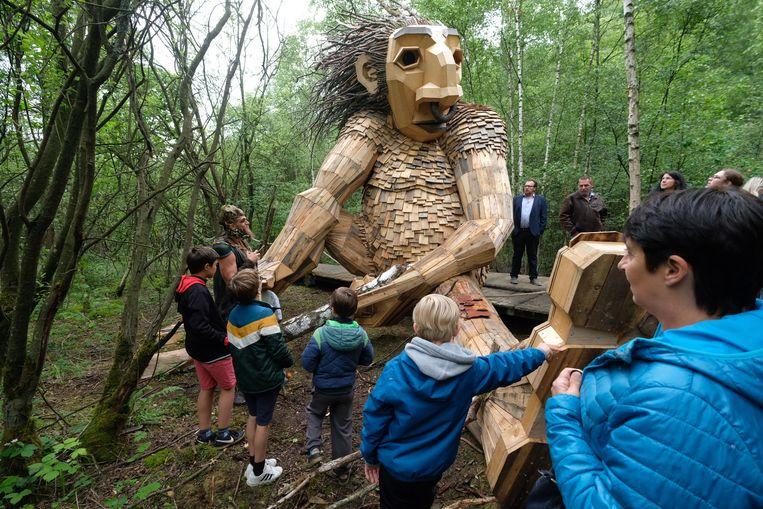 De buurtbewoners maken kennis met de nieuwe bewoners van De Schorre: zeven grote houten trollen.