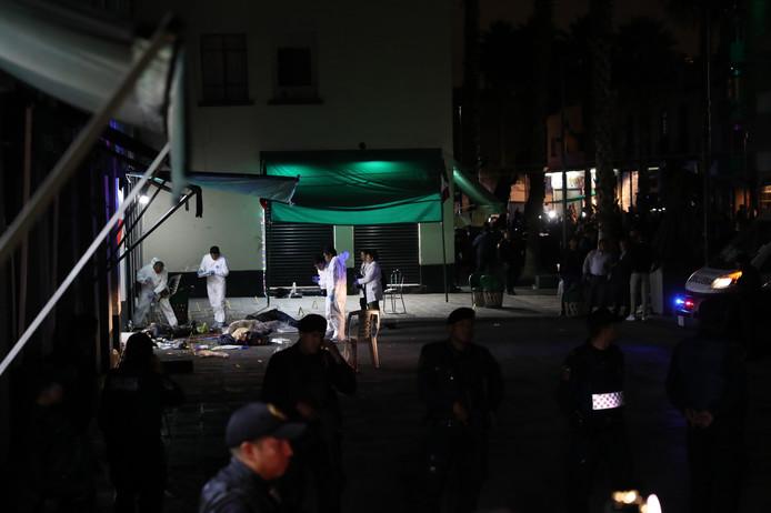 Forensisch onderzoek op het plein waar de muzikanten plots wapens trokken.