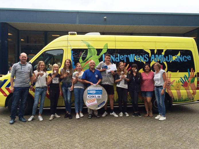 Leerlingen van Reggesteyn overhandigden het binnengehaalde bedrag aan een vrijwilliger van de stichting
