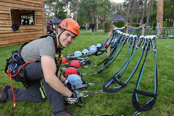 Alexander Havermans staat in voor de veiligheid in het klimpark.