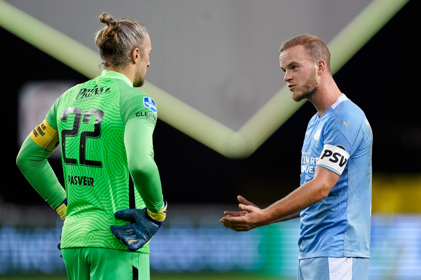 Jorrit Hendrix en doelman Remko Pasveer van Vitesse praten na over de niet gegeven strafschop.