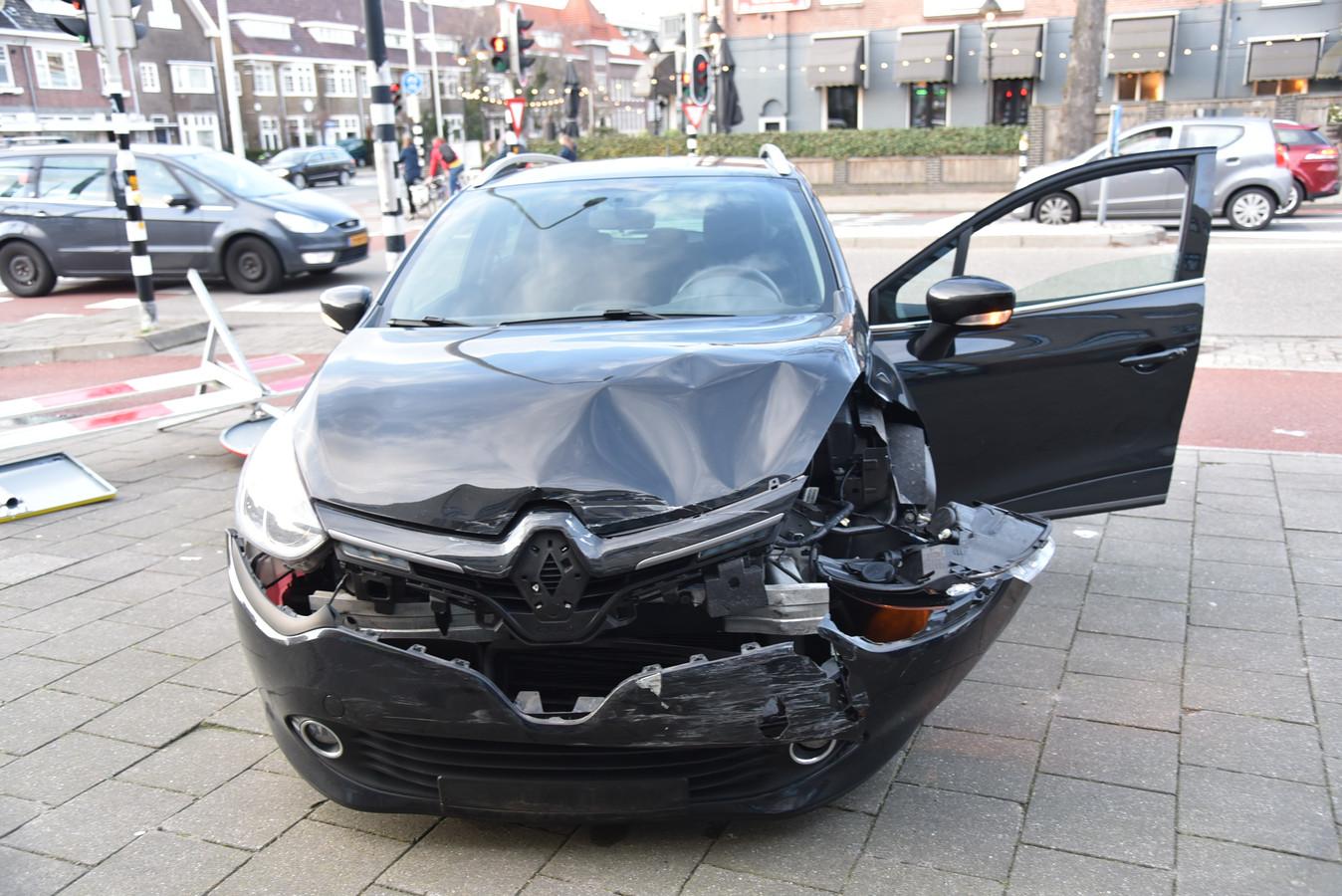 Een van de auto's die bij het ongeluk betrokken raakten.