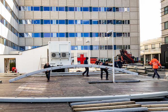 Ziekenhuis Maastricht UMC+ bouwt een zogenoemde triagetent, pal voor de deur van de spoedeisende hulp. In deze tent bekijken artsen welke patiënten het snelst geholpen moeten worden.