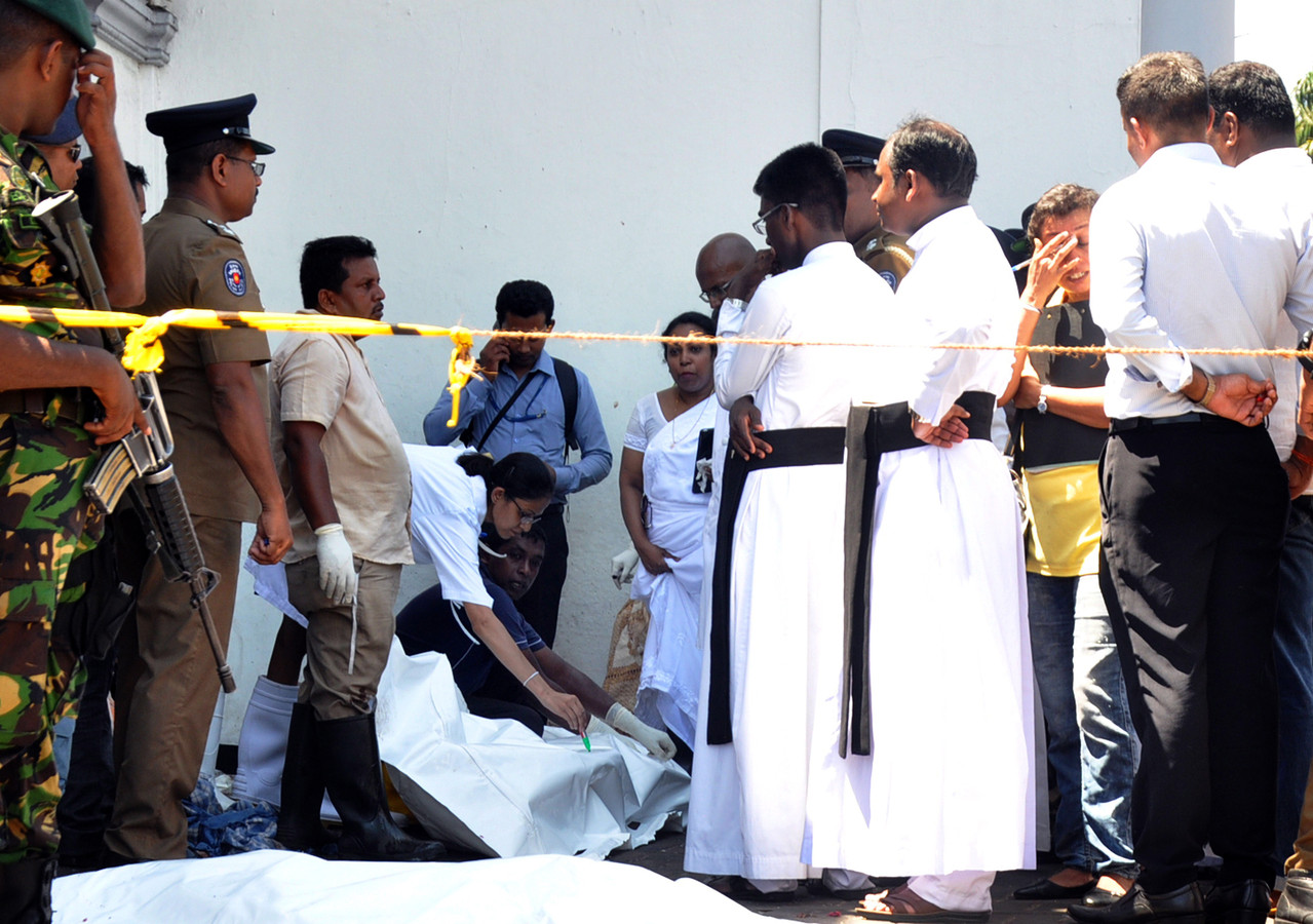 Politiemensen en priesters vlak na de aanslagen in Colombo, Sri Lanka.