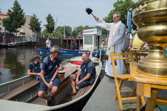 Drie nieuwe rondvaartboten van Atea gaan door de singels varen. De pastoor wijdt aan de haven niet alleen een nieuwe boot in maar ook het bedienend personeel.