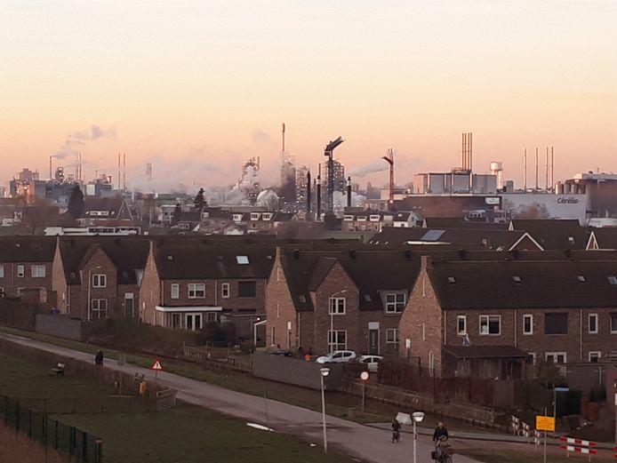 Een groot deel van Sliedrecht ligt letterlijk en figuurlijk onder de rook van Dordtse industrie.