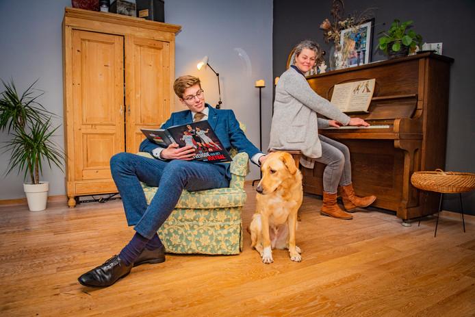 Tijmen Beijes thuis met zijn moeder en de hond Otto.