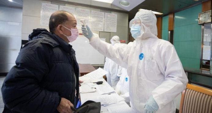 Prise de la température d'un patient à Wuhan