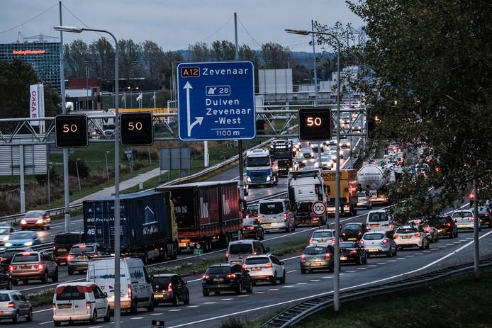 File bij de A12 aan het eind van de middag tussen Velperbroek en Duiven.