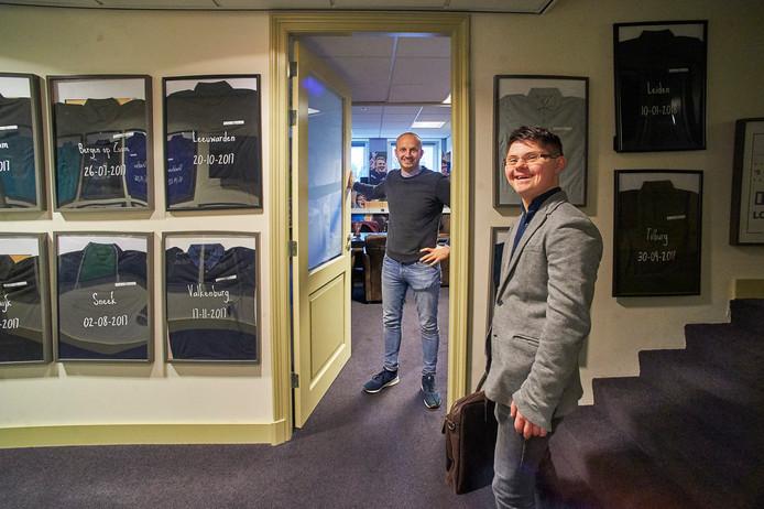 Jeroen van den Bosch uit Handel (voorgrond) is vanaf het begin in dienst van Brownies&downieS. In de achtergrond Thijs Swinkels. De foto is in Veghel in het hoofdkantoor genomen.