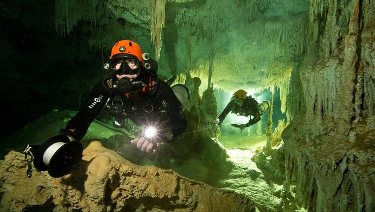 Duikers in het Sac Actum-grottenstelsel Beeld reuters
