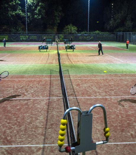 Tennis en golf in de lift door nieuwe lockdown: 'Van 's morgensvroeg tot 's avonds laat zijn we helemaal bezet'