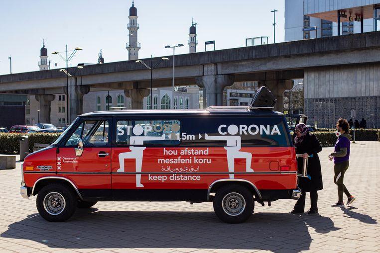 In acht talen roeptoetert de 'Social Distance Bus' waarschuwingen over het coronavirus door stadsdeel Zuidoost. Beeld Maarten Brante