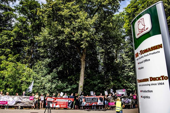 Activisten van Animal Rights demonstreerden vrijdag voor de poort van eendenslachterij Tomassen Duck-To in Ermelo.